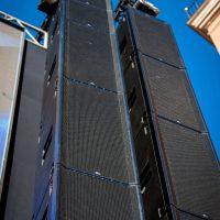 Fohhn Focus Venue na estradzie - zbliżenie - 3 tony urządzeń na stronę